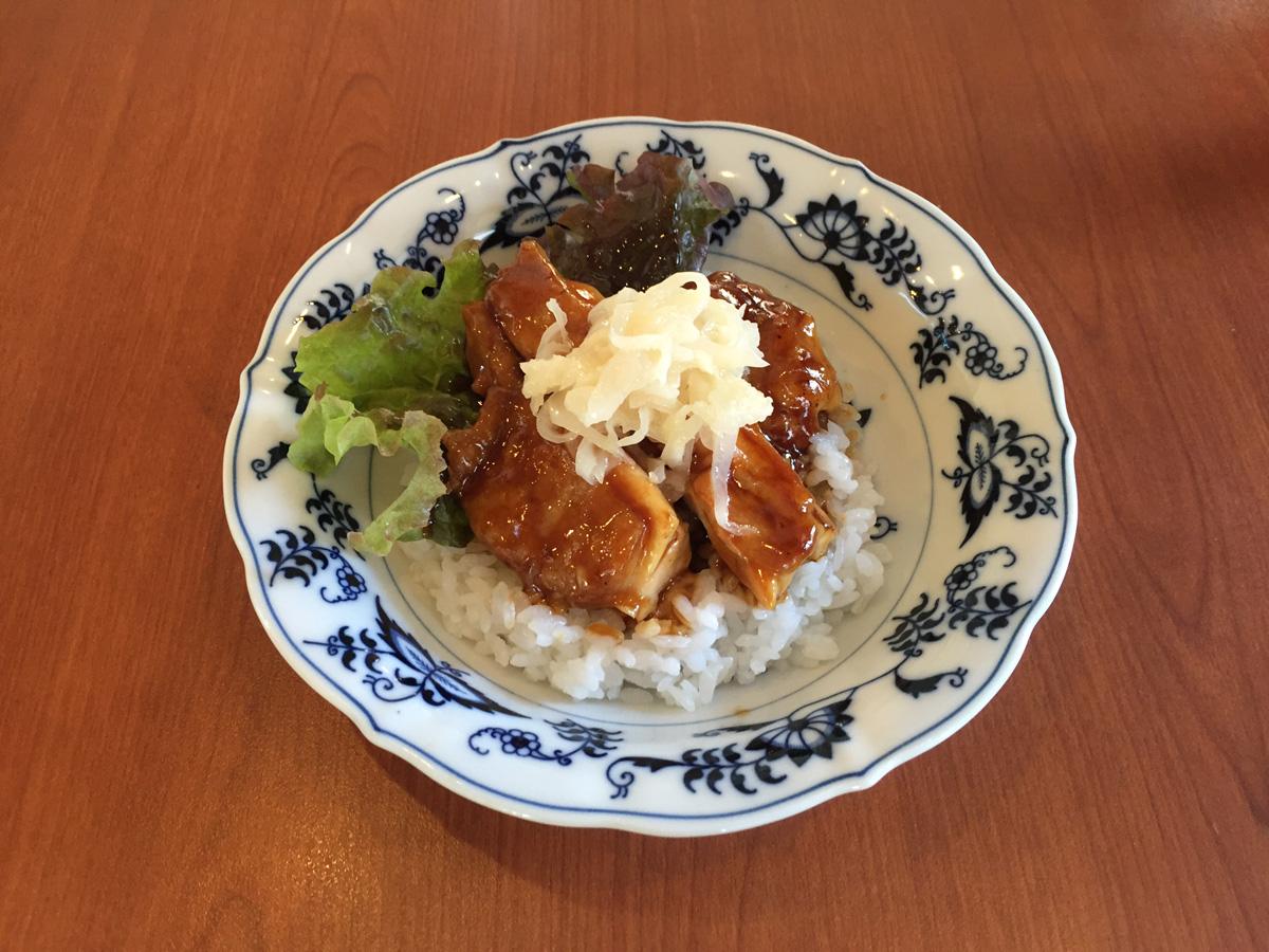 白いきくらげ「白美茸」料理(ローストチキン丼)